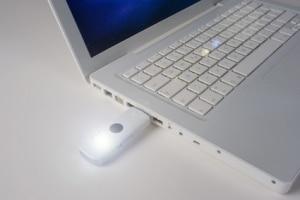 Laptop mit USB-Stick mit Surfstick Tarif