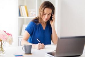 Frau telefoniert mit Freiminuten